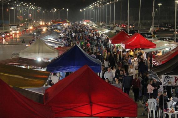 Feira noturna de Barueri atrai cada vez mais moradores da região de Alphaville