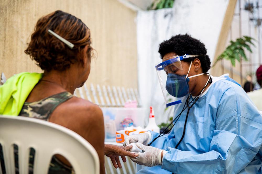 Mondial triplica  produção e doação de protetores faciais