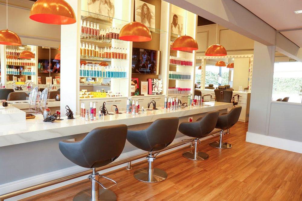 Um salão de beleza que produz a cliente para qualquer ocasião