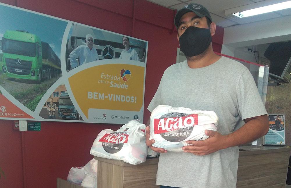 Caminhoneiros recebem cesta de alimentos na rodovia Castello Branco