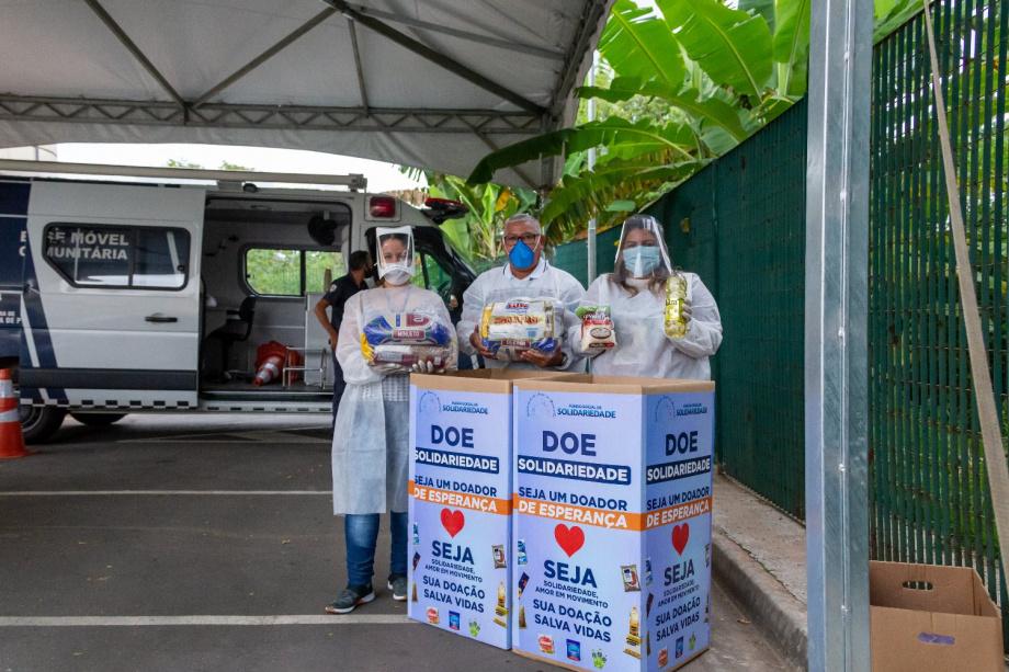 Fundo Social de Parnaíba, arrecada alimentos no posto drive-thru de vacinação